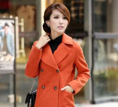 オレンジ色のコートの女性
