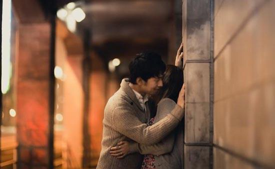 駅で抱き合うカップル